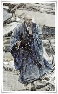 Будисткият монах Сокан Обара се моли за жертвите на земетресението през 2011 г.